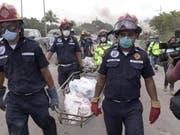 Rettungskräfte in Guatemala tragen nach dem Vulkanausbruch Leichen aus der Ortschaft San Miguel de Los Lotes weg. (Bild: KEYSTONE/EPA EFE/RODRIGO PARDO)