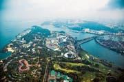 Die Insel Sentosa ist der Innenstadt Singapurs vorgelagert und nur über die Strassenbrücke erreichbar. (Bild: Nicky Loh/Bloomberg (2. Juli 2015))