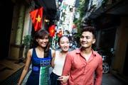 Junge Vietnamesen flanieren durch die Stadt. (Bild: Aaron Joel Santos)