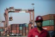 Am iranischen Hafen von Shahid Rajaee werden Container zum Verladen bereit gemacht. (Bild: Behrouz Mehri/AFP (21. Februar 2016)