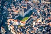 Der Stiftsbezirk mit der Kathedrale, das kantonale Regierungsgebäude und rechts die Kirche St.Laurenzen. Am Sonntag kann die jahrhundertealte Verbindung zwischen Kloster und Stadt St.Gallen erkundet werden. (Bild: Urs Bucher - 3. November 2017)
