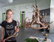 Die Isenthalerin Jessica Bissig verarbeitete Hirschgeweihe zu einem dekorativen Kronleuchter. (Bild: Vreny Püntener (Seedorf, 5. Juni 2018))