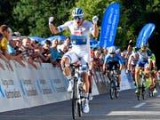 Gross der Abstand, gross der Jubel: Alexander Kristoff lässt seinen Konkurrenten im Sprint keine Chance (Bild: KEYSTONE/WALTER BIERI)