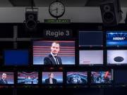 """Führte korrekt durch die Vollgeld-""""Arena"""": Moderator Jonas Projer, hier bei der Aufzeichnung der No-Billag-Sendung im November. (Bild: KEYSTONE/ENNIO LEANZA)"""
