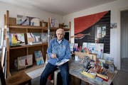 Der Künstler August Buchmann bei der Arbeit in seinem Atelier in der Wohnung in Sursee. (Bild: Pius Amrein, 6. Juni 2018)