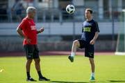 Trainer Vladimir Petkovic und Lichtsteiner bereiten sich derzeit auf die WM in Russland vor. (Bild: Gabriele Putzu/Keystone)