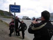 Deutsche Touristen, die mit dem Motorrad unterwegs sind, schiessen ein Erinnerungsfoto auf dem Furkapass (Archivbild UZ. 10. August 2006)