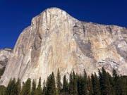 """In weniger als zwei Stunden haben zwei US-Amerikaner die Steilwand """"El Capitan"""" im kalifornischen Yosemite-Tal durchklettert und damit ihren eigenen Rekord gebrochen. (Bild: KEYSTONE/AP/BEN MARGOT)"""