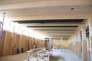 Ein aussergewöhnliches Bauprojekt: Die Tragstruktur der Obergeschosse dagegen ist – mit Ausnahme der Holz-Beton-Verbund-Decken, eine reine Holzkonstruktion. Die Holzstruktur ist auch im Innern des Gebäudes direkt wahrnehmbar. (Bild: Thomas Schwizer)
