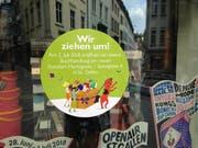 Ankündigung im Schaufenster: Die Buchhandlung «Rösslitor» zieht um und eröffnet am 2. Juli ein paar Häuser weiter unten in der Marktgasse. (Bild: Reto Voneschen)