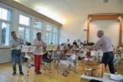 Philipp Mettler und Carlo Brunner lassen sich für das Zusammenspiel mit dem Toggenburger Orchester von dessen Dirigenten Ernst Hüberli den Einsatz geben. (Bild: Sabine Schmid)