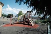 Der Spielplatz vor dem zukünftigen Musikschulzentrum Sunnegrund 1 soll erneuert werden. (Bild: Stefan Kaiser (Steinhausen, 30. Mai 2018))