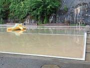 Der Lederbach trug Wasser in die Badi Lichtensteig. Das Becken musste deshalb entleert und geputzt werden. (Bild: PD)