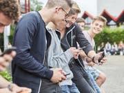 An Frankreichs Schulen sollen nach dem Willen der Macron-Partei bald keine Handys mehr erlaubt sein. (Bild: KEYSTONE/CHRISTOF SCHUERPF)