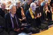 Zen-Meister Niklaus Brantschen (Mitte) und sein Nachfolger Dieter Wartenweiler. Rechts daneben Zen-Meisterin Anna Gamma. (Bild: Werner Schelbert (Edlibach, 3. Juni 2018))