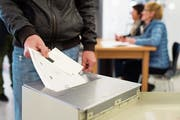 Stimmzettel sollen künftig elektronisch per Scanner ausgezählt werden können. Das Verfahren birgt jedoch Gefahren. (Bild: Gian Ehrenzeller/Keystone)