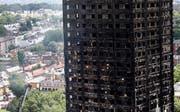 Der ausgebrannte Grenfell Tower im Westen von London nach dem verheerenden Brand: Das Feuer frass sich durch das 24-stöckige Hochhaus. (Bild: AP Photo/Frank Augstein/AP (London, 15. Juni 2017))