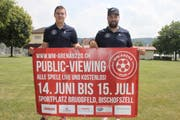 Manuel Sutter und Jürg Stadelmann: Wenig Meter hinter ihnen wird der zwölf Quadratmeter grosse LED-Screen aufgebaut. (Bild: Christof Lampart)