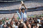 Diego Maradona jubelt nach dem WM-Final 1986 mit dem Pokal. (Carlo Fumagalli/AP)