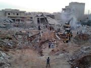 Aufnahme aus Zardana in der Provinz Idlib nach einem Luftschlag (Bild: KEYSTONE/AP Syrian Civil Defense White Helmets)