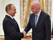 Russlands Wirtschaft wird nur wenig von der WM profitieren: Wladimir Putin trifft Fifa-Chef Gianni Infantino (Archivbild). (Bild: KEYSTONE/EPA AFP POOL/ALEXANDER NEMENOV - POOL)