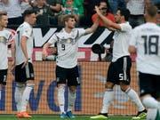 Die deutschen Nationalteam-Kollegen gratulieren Timo Werner mit der Nummer 9 zum Führungstor gegen Saudi-Arabien (Bild: KEYSTONE/EPA/RONALD WITTEK)