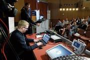Fabian Riechsteiner (vorne) und Stefan Peter zeigen dem Publikum, wie sie in ein IT-System eindringen. (Bild: Stefan Kaiser (Rotkreuz, 7. Juni 2018))