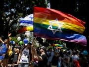 Teilnehmende an der Gay Pride in Tel Aviv (Bild: KEYSTONE/AP/SEBASTIAN SCHEINER)