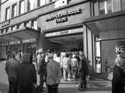 Solche Bilder soll die Reform des Einlagensicherungssystems künftig verhindern: Massenauflauf vor dem Eingang der Spar- und Leihkasse Thun (SLT) am 10. September 1991, bevor sie wegen Ueberschuldung im Oktober des selben Jahres geschlossen werden musste. (Bild: KEYSTONE/STR)