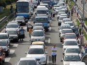 Aus Protest gegen die hohen Treibstoffpreise haben Tausende Autofahrer ihre Fahrzeuge abgestellt und so den Verkehr vorübergehend lahmgelegt. (Bild: KEYSTONE/EPA/ANDREJ CUKIC)