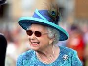 Die britische Königin Elizabeth II. hat sich einer Augenoperation unterziehen müssen. Deshalb trug sie eine Sonnenbrille. (Bild: KEYSTONE/AP PA/YUI MOK)