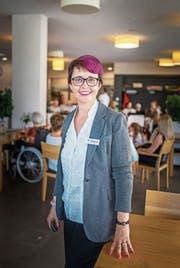 Seit Anfang Juni leitet Gaby Abenhaim das Wohn- und Pflegezentrum Wiborada. Ihre Vorliebe für Pink ist oft Gesprächsthema bei den Bewohnern. (Bild: Michel Canonica)