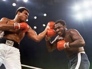 Der frühere Boxweltmeister Muhammad Ali, links, hier im Kampf gegen Joe Frazier, soll posthum begnadigt werden. (Bild: KEYSTONE/AP dapd)