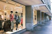 Blick ins Schaufenster des OVS-Flagship-Stores an der Sihlstrasse in Zürich. (Bild: Christian Beutler/Keystone, 7. März 2018)