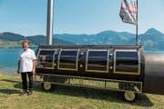 Beat Hafner mit seinem zweiten, über vier Meter langen Oklahoma Smoker. (Bild: PD)