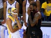 Wer auch immer von den beiden den NBA-Titel holt: US-Präsident Trump will weder Stephen Curry von den Golden State Warriors (links) noch LeBron James von den Cleveland Cavaliers im Weissen Haus sehen (Bild: KEYSTONE/AP/BEN MARGOT)