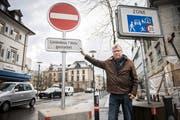 Seit Mitte Februar gilt das neue Verkehrsregime auf dem Boulevard. Der Kreuzlinger Stadtrat Ernst Zülle zeigt die neue Signalisation am Helveitiaplatz, welche die Einfahrt in den Boulevard verbietet. (Bild: Reto Martin)