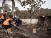 Kritik am Katastrophenschutz in Guatemala: Den Behörden wird vorgeworfen, das Gebiet um den Feuervulkan beim Ausbruch nicht rechtzeitig evakuiert zu haben. (Bild: KEYSTONE/AP/MOISES CASTILLO)