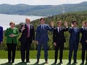 """Das """"Familienfoto"""" der Gipfel- Teilnehmerinnen und -Teilnehmer vor der Naturkulisse des Sankt-Lorenz-Stroms. (Bild: KEYSTONE/EPA POOL/IAN LANGSDON/POOL /)"""