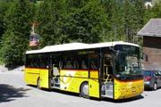 Das Postauto bringt die Gäste über die Isenthalerstrasse zur Seilbahn St. Jakob. Mit der Seilbahn geht's nach Gitschenen, wo der Naturlehrpfad viel Wissenswertes über die Alp vermittelt. (Bild: PD)