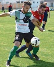 Rebsteins Daniel Niederl (links) im Duell mit Lendim Ibrahimi vom FC Rheineck. Wer von beiden steigt in die 2.Liga auf? Oder schafft der FC Rüthi die Promotion? (Bild: Archiv/rez)