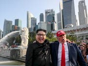 Die Doppelgänger von Kim Jong Un und Donald Trump sind schon in Singapur, und sind guter Dinge. (Bild: KEYSTONE/EPA/WALLACE WOON)