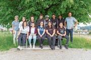 Die Schulklasse von Verena Schönenberger (links) schrieb, angeregt von Schulleiter Manuel Rehmann (rechts), mit Peter Weber (2. von rechts) einen Roman. (Bild: Sascha Erni)