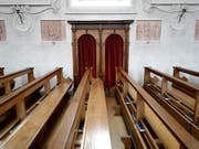 In einem Beichtstuhl in einer Römer Kirche sind 36'000 Euro gefunden worden. Die Herkunft des Geldes ist unbekannt. (Bild: KEYSTONE/URS FLUEELER)