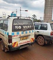 «Easy!» Der Chauffeur dieses Busses in Kampala bewahrt auch im Stossverkehr die Ruhe. (Bild: Yasmin Kunz; Kampala, 5. Juni 2018)