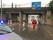Heftiges Gewitter über der Region Frauenfeld: Autos bleiben in einer Unterführung stecken. (Bild: Kapo TG)