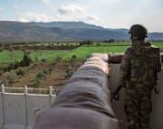 Mauern prägen auch die heutige Welt. Ein türkischer Soldat an der Grenze zu Syrien.