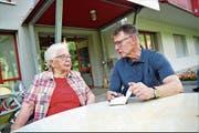 Peter Nyffenegger im Gespräch mit Rosa von Flüe im «Felsenheim» in Sachseln. (Bild: Romano Cuonz (5. Juni 2018))
