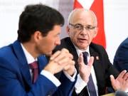 Finanzminister Ueli Maurer (rechts) und Staatssekretär Jörg Gasser drohen der EU mit Gegenmassnahmen, falls die Schweizer Börsenregulierung nicht als gleichwertig anerkannt wird. (Bild: KEYSTONE/ANTHONY ANEX)