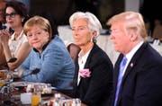 Merkel wirft einen Blick in Trumps Richtung. (Bild: Leon Neal/Getty Images)